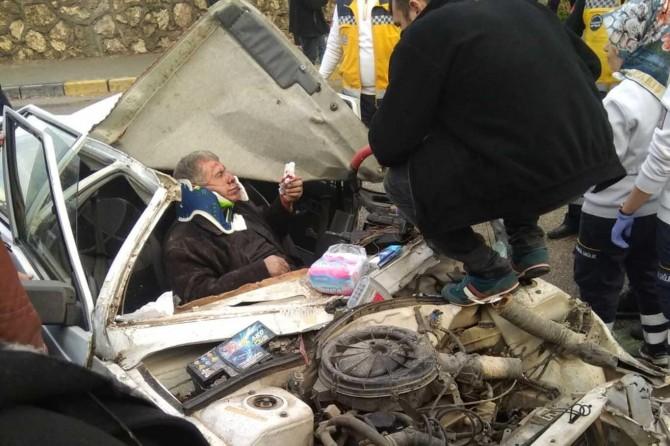 Gaziantep'te el freni çekilmeyen otomobil başka bir otomobilin üzerine düştü