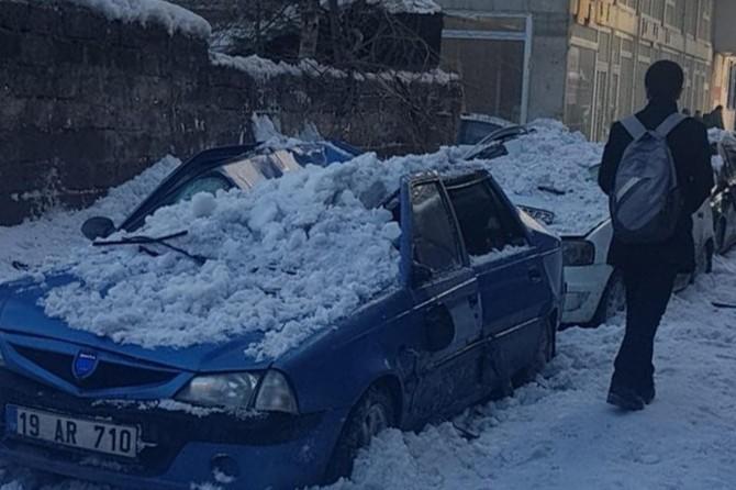 Ağrı'da kar kütlesi araçların üzerine düştü
