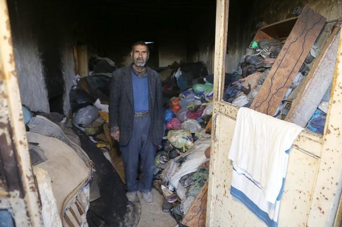 Ergani 'de çöp evde kedilerle birlikte yaşıyor
