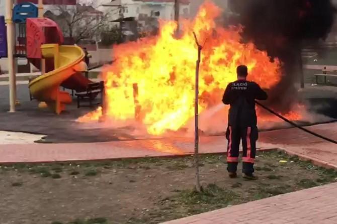 Çocuk parkını benzin dökerek yaktılar