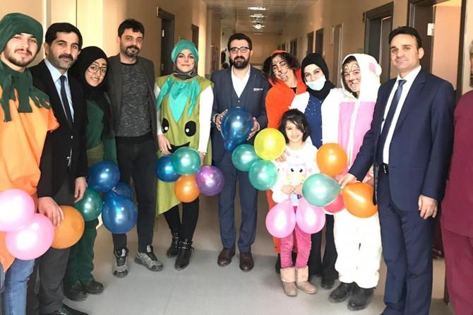 Üniversite öğrencilerinden hasta çocuklara moral ziyareti