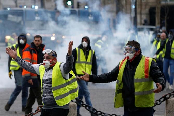 Sarı Yelekliler yine Paris sokaklarında