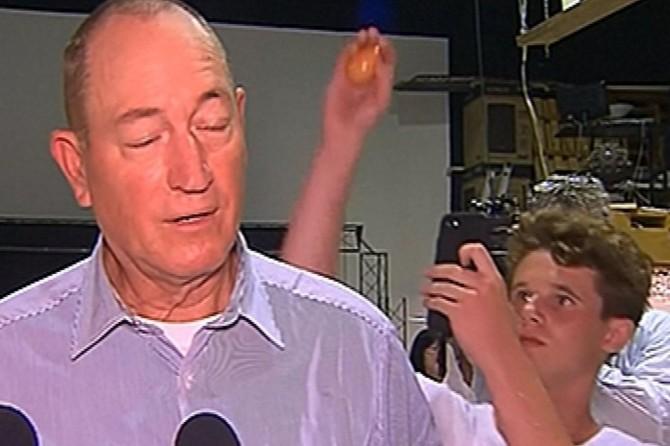 Senatörün kafasında yumurta kıran genç için yardım kampanyası