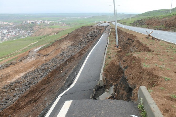 Sürücüler 2 ay önce çöken yolun yapılmasını bekliyor