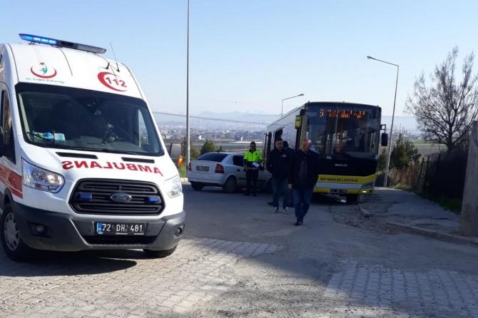 Otomobil halk otobüsünün altına girdi