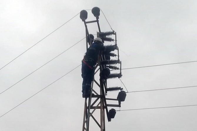 Olumsuz hava koşulları enerji nakil hatlarını kopardı