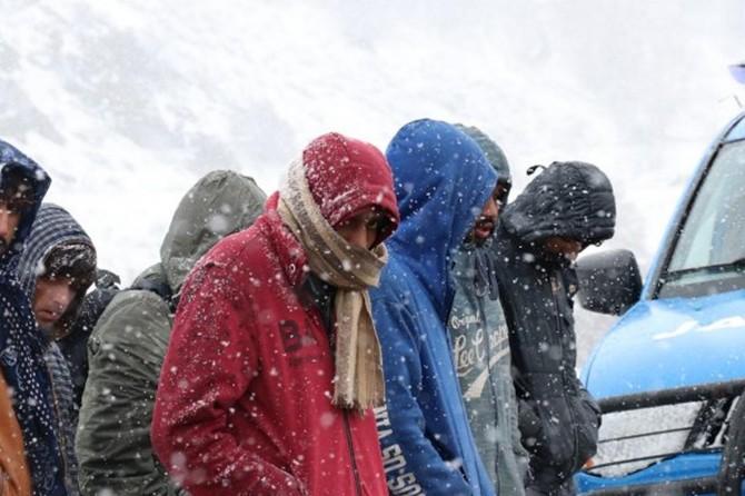 Erzincan-Erzurum Karayolunda donmak üzere olan göçmenler kurtarıldı