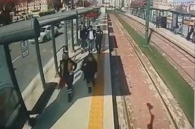 Gaziantep'te dili boğazına kaçan yolcuya ilk müdahaleyi vatman yaptı