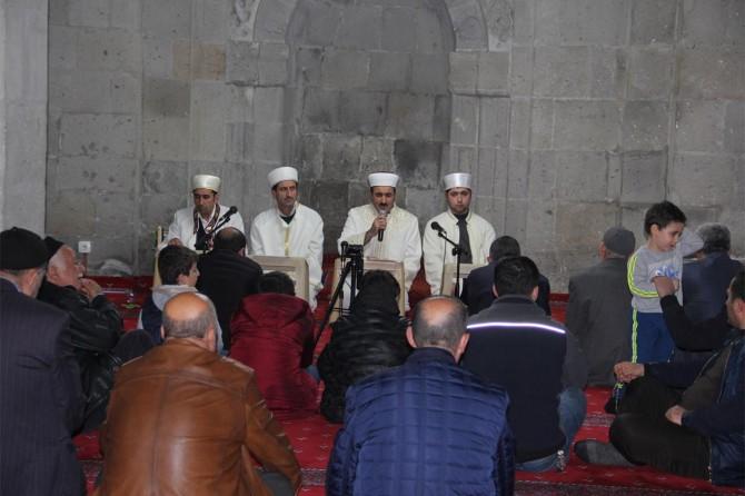 Bitlis'te yoğun kar yağışına rağmen Mirac Kandil için halk camilere akın etti