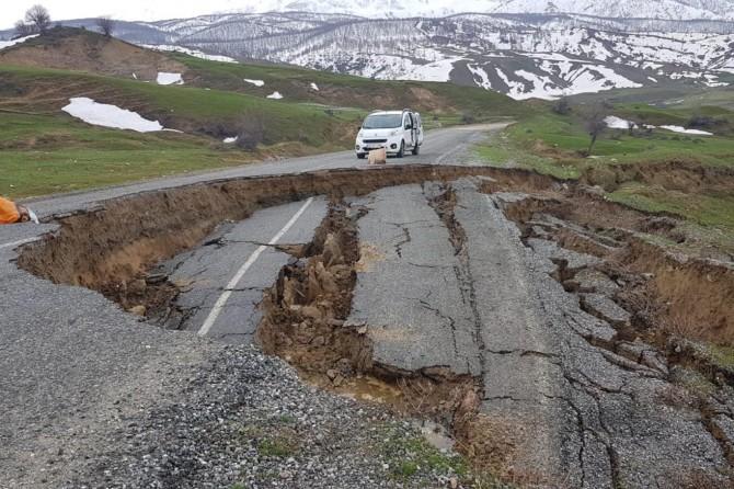 Muş-Kulp Karayolu'nda çöken yol tehlike oluşturuyor