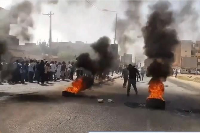 Sudan'da göstericiler ordu merkezine yöneldi