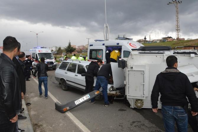 Siirt'te zırhlı polis aracı ile otomobil çarpıştı: 4 yaralı