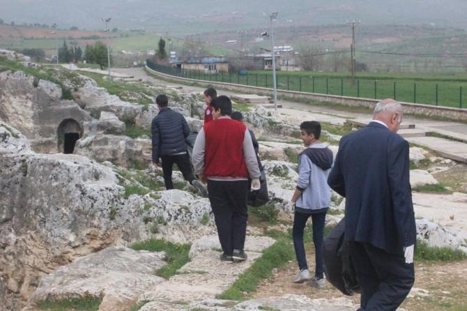 Öğrenciler antik kentte temizlik yaptı