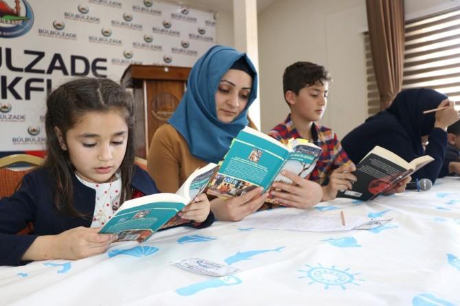 Yetim çocuklar anneleriyle birlikte kitap okuyor