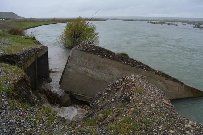 Dicle Nehri ile Karayolları arasındaki istinat duvarı çöktü