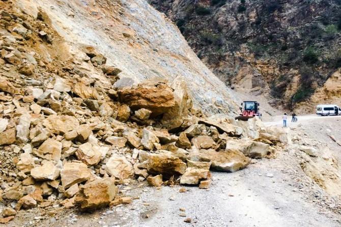 Heyelan nedeniyle kapanan köy yolu temizlendi