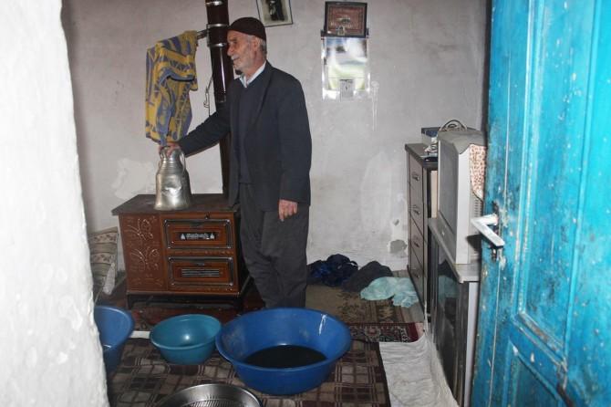 Yaşlı adam kendine uzanacak yardım eli bekliyor