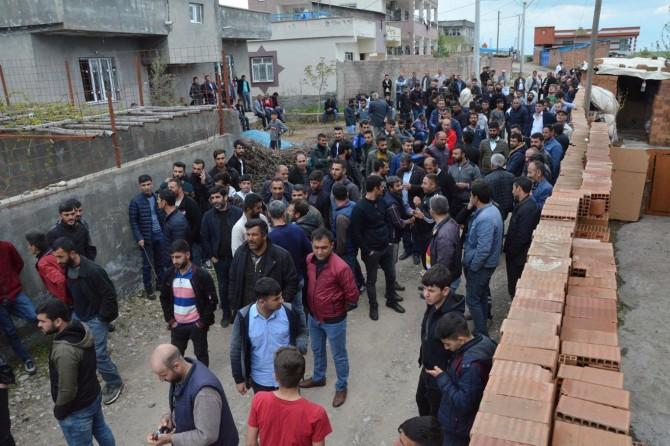 Sur'da mahalleli elektrik sayacının direğe çıkarılmasını protestosu etti