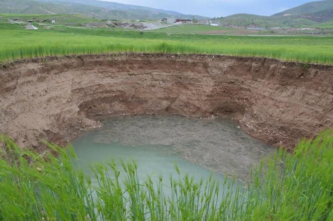Siirt'te buğday tarlasında oluşan dev obruk korkuttu