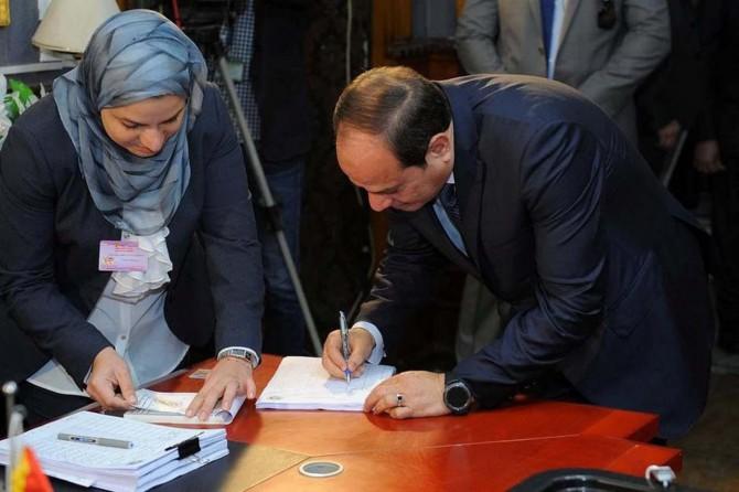 Mısır halkı darbeci Sisi'nin görev süresini oyluyor