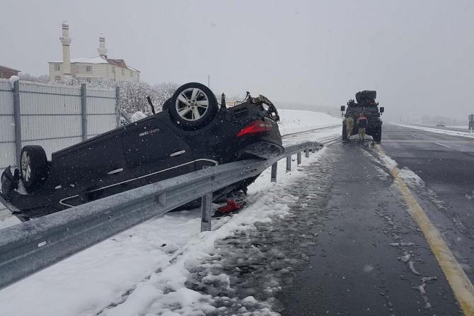 Bingöl-Elazığ Karayolu'nda kar nedeniyle otomobil takla attı