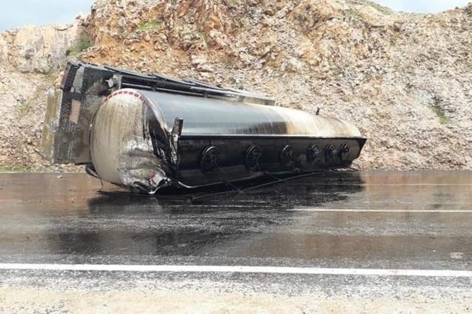 Nissibi köprüsü civarında petrol tankeri kaza yaptı: 1 yaralı