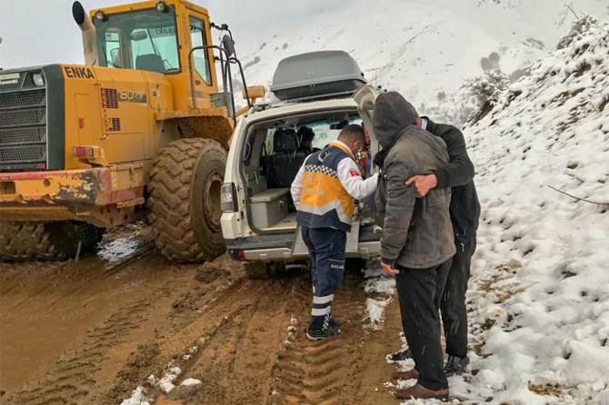 Karda mahsur kalan hasta 7 saatte kurtarıldı