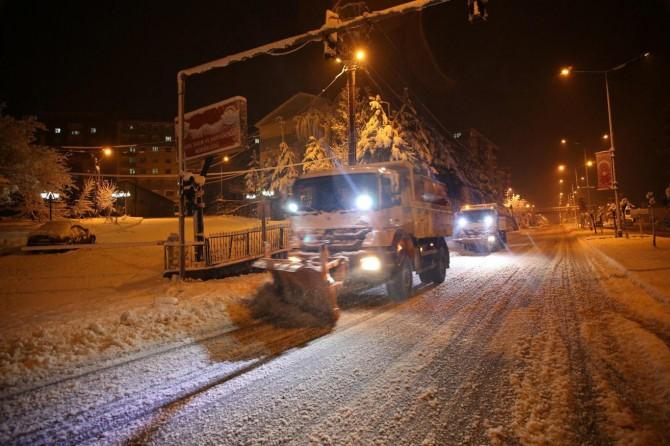 Baharda kış manzarası: Bitlis'te yüzlerce araç mahsur kaldı