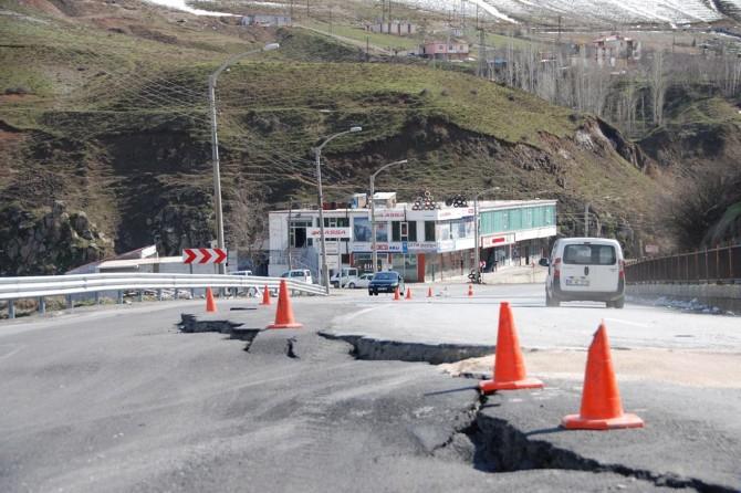 Bitlis'te çöken karayolu kazalara davetiye çıkarıyor