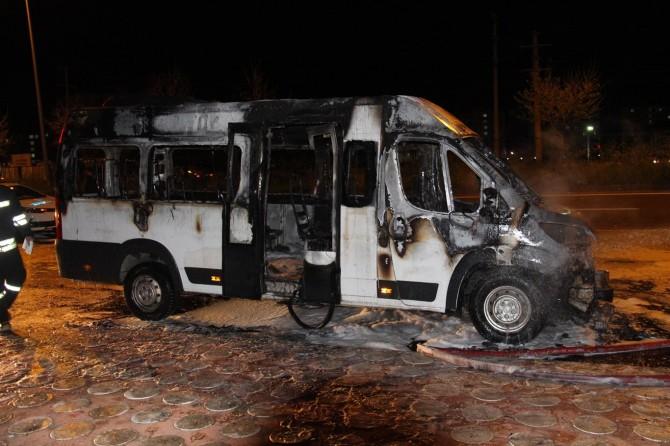 Diyarbakır Kayapınar'da seyir halindeki şehir içi minibüsü alev aldı