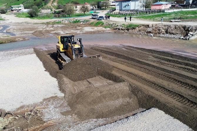 Kozluk'ta hasar gören köprü onarılıyor