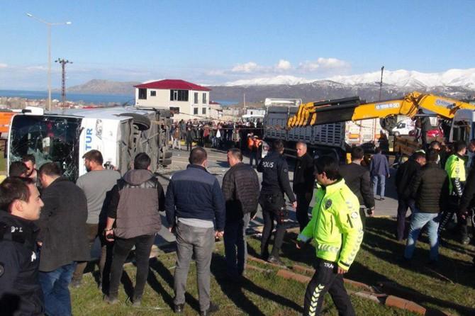 Bitlis-Tatvan-Ahlat Karayolu Kavşağında yolcu otobüsüyle TIR çarpıştı: 34 yaralı