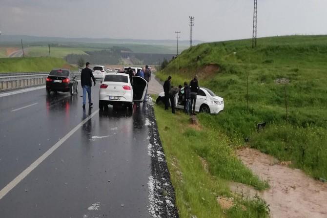 Çınar'da dolu yağışı ile kayganlaşan yolda kaza: 2 yaralı