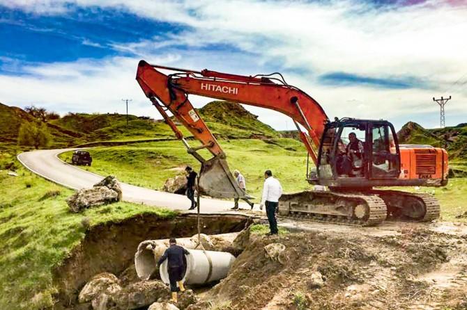 Kozluk'ta hasar gören grup köy yolu onarıldı