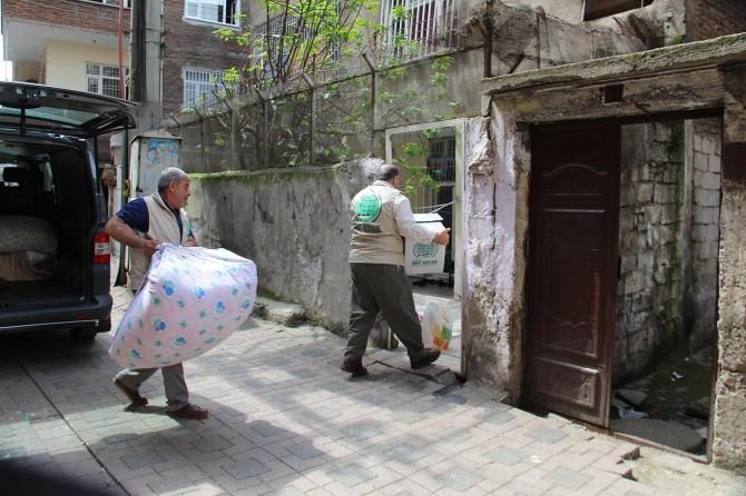 Suriyeli o aileye yardımlar ulaştırılmaya devam ediyor