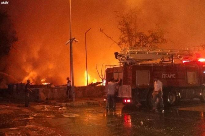 Simav'ın Akdağ beldesinde 3 ev tamamen yandı