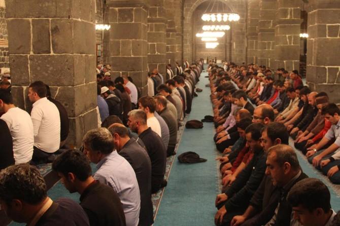 Diyarbakırlılar ilk teravih için huzura durdu