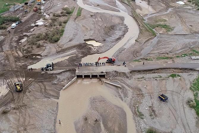 Kozluk'da köprü selden hasar gördü