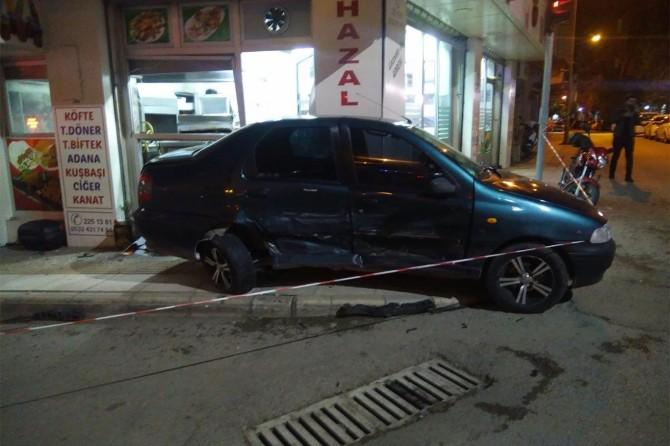 Elazığ Sanayi Mahallesi'nde kaza yapan araç iş yerine ve elektrik panosuna çarptı