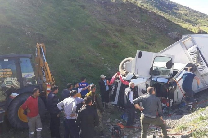 Tatvan'da araç şarampole yuvarlandı: 2 yaralı