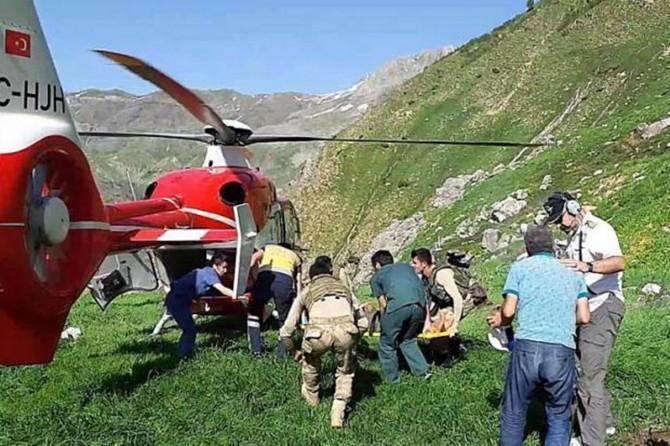 Kozluk'ta ot toplarken kayalıklardan düşen kadın ağır yaralandı