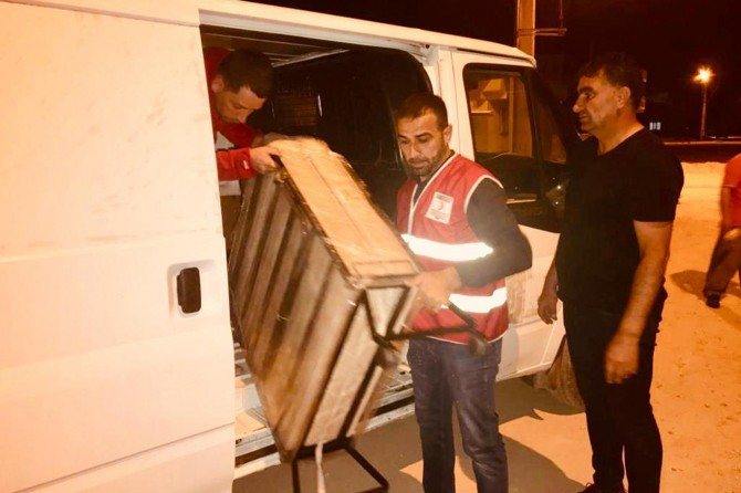 Nusaybin'de evi yanan aileye Kızılay'dan yardım