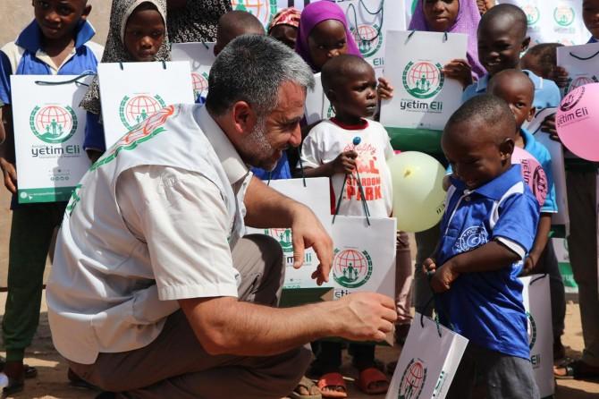 Avrupa Yetim Eli Nijerya'da ihtiyaç sahibi çocukları giyindirdi