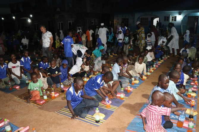 Hayırseverlerin bağışlarıyla Nijerya'da iftar yemeği verildi