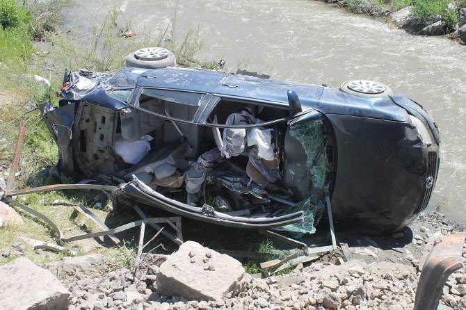 Muş'ta yük treni otomobile çarptı