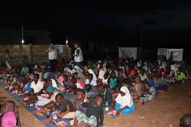 Nijeryalı çocuklara iftar yemeği