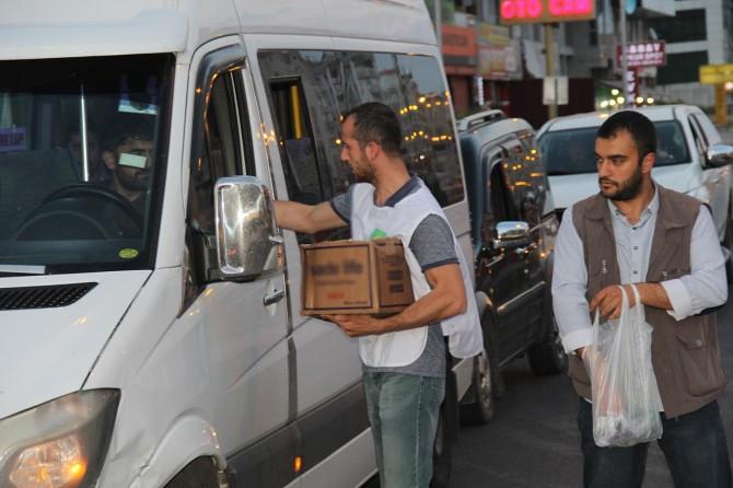 Diyarbakır'da iftar öncesi sürücülere su ve hurma ikramı
