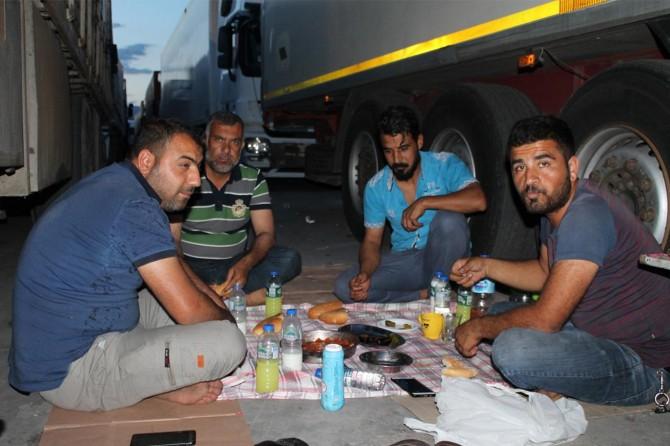 TIR şoförleri sınır kapılarında iftar sofrası kuruyor