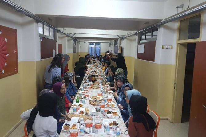 Solhan'da öğrencilerden anlamlı iftar yemeği