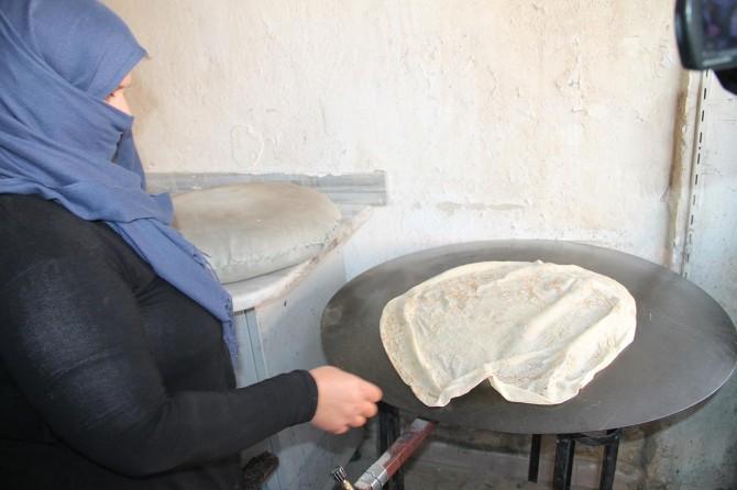 Suriyeli anne ekmek teknesi ile örnek oluyor